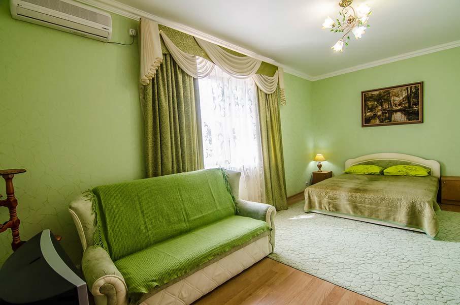 И просторным раскладным диваном