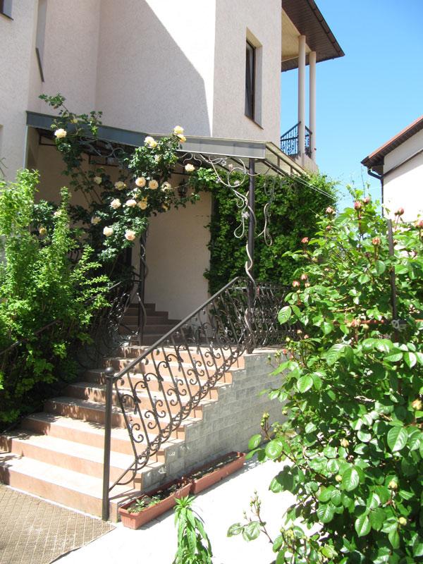 Ажурные оградки и белые розы