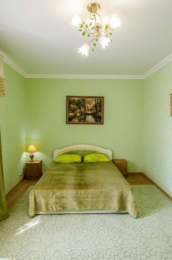 Комната оборудована роскошной двуспальной кроватью