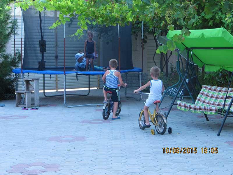 На велосипеде по двору отеля