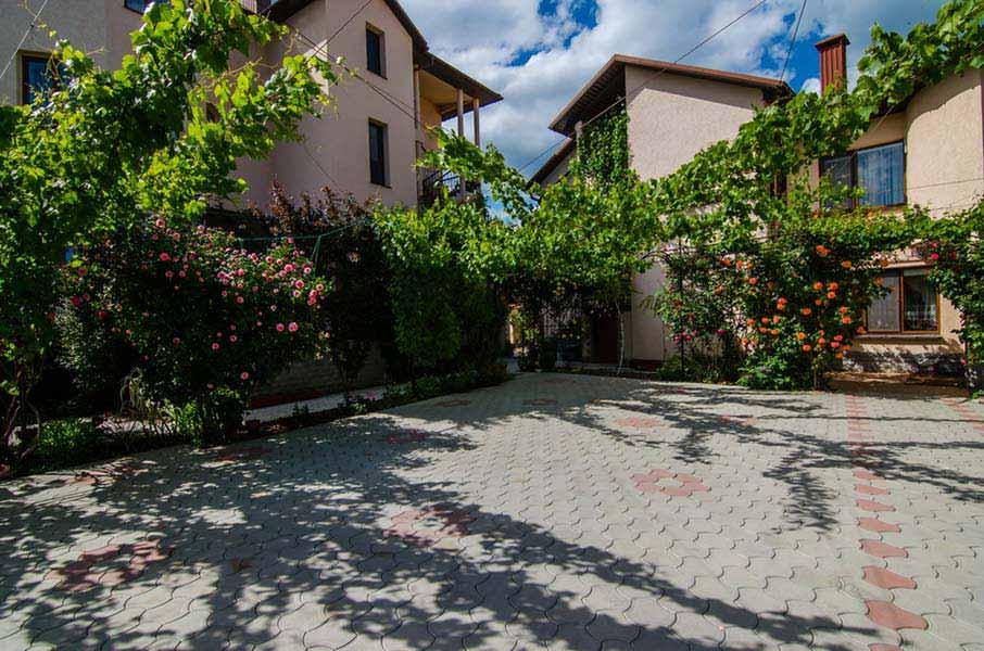 Двор отеля и розарий
