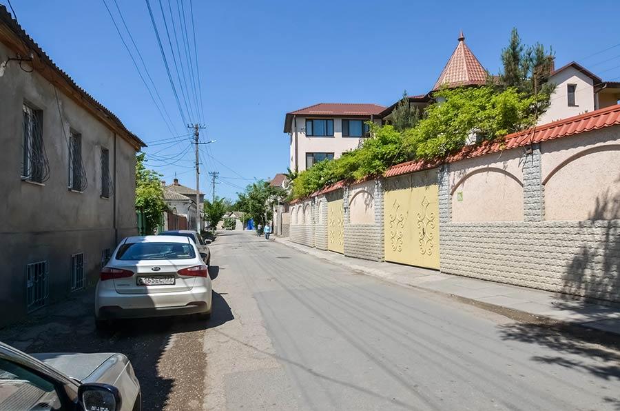 Внешний вид усадьбы с ул. Демышева в спальной застройке исторической части города