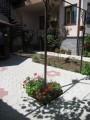 И даже столбы окружены цветами