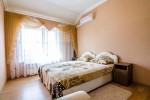 Огромная двойная кровать на всю ширину комнаты